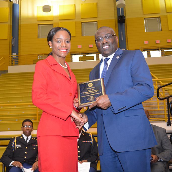 Student accepts award at the 2016 Honors Convocation.